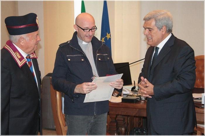 Don Ferazzoli Consegna attestato e tessera ANPS